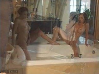 Девушки позируют попами на камеру, стоя в ванной
