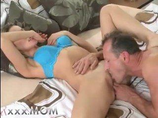 Зрелая пара ебется на мягкой кроватке и наслаждается трахом
