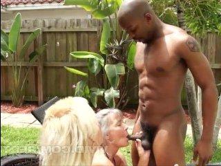 Голые сексуальные бабушки потрахались с двумя неграми-садовниками