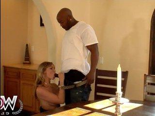 Зрелая азиатка занимается сексом в доме парня
