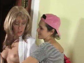 Молодая лесбиянка соблазнила зрелую женщину