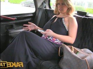 Как соблазнять мужчину в машине показала горячая милфа
