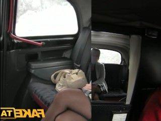 Зрелая отсосала в машине хуй таксисту и потрахалась с ним