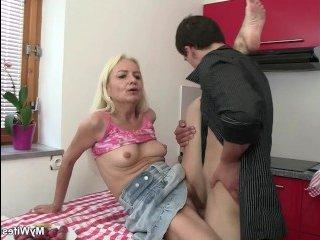 Зрелая учила сексу молодого парня, но их застукала девушка пацана