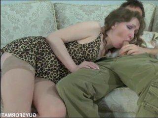 Жестко ебут молодую хозяйку большим хуем и кончают на нее