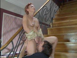 Молодого парня соблазнила рыжая милфа, анальный секс ей был наградой