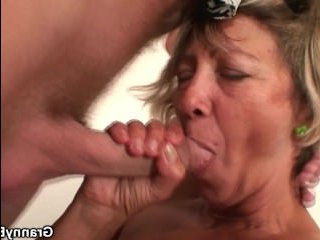 Мама с большими сиськами трахается с сыном во время уборки