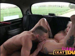 Зрелые блондинки занимаются сексом перед камерой: маструбация