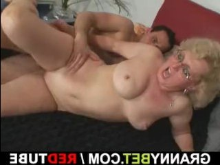 Жаркий секс с пожилой блондинкой в пизду и в рот