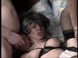 Бабки двойное проникновение очень любят, так как у них растянутые дырки