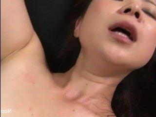 Секс в офисе: азиатка сопротивляется молодому парню