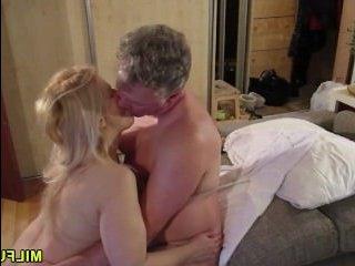 Частное порно зрелых любовников в гостиничном номере