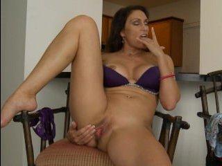 Женщина сделала сама себе массаж большого клитора
