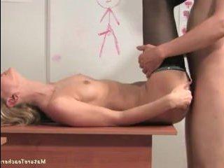 Зрелая училка соблазнила молодого парня на секс