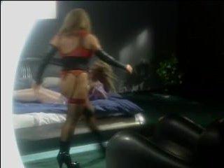 Зрелые лесбиянки занимаются сексом на огромной кровати