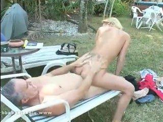 Старик и девка отлично потрахались на природе