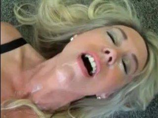 Качок раком трахает секси блондинку и кончает ей в рот