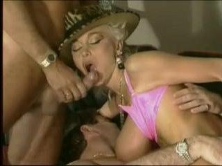 Ретро порно зрелых: два мужика выебали грудастую даму