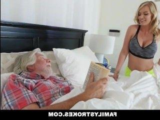 Секс с приятной блондинкой-домохозяйкой в пизду