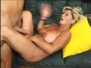 Молодой парень поимел подругу мамы в пизду на диване