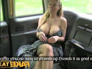 Горячий таксист ебет блондинку прямо в машине