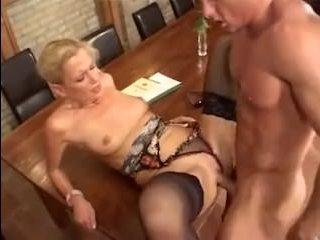 Лысый парень приходит на порно кастинг мужчин и трахается там с теткой
