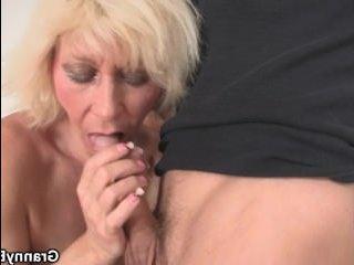 Увлекательный секс со зрелыми бабами, которых трахают молодые парни