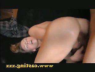 Красивая молодая мама дает секс в анал
