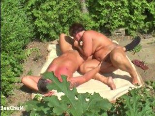 Немецкое порно зрелых на улице: соседка отдалась мужику на грядках