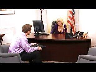 Милфа-блондинка в чулках с большими сиськами трахается в офисе с подчиненным
