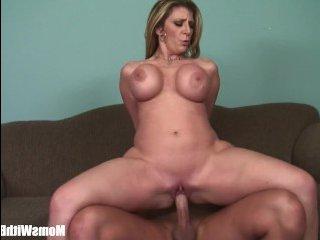 Блондинка показала большие сиськи и трахнулась на диване