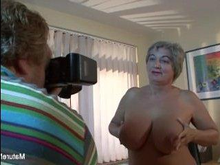 Старая бабка возбуждает фотографа огромными сиськами