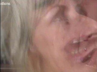 У зрелой блондинки случился бурный секс с негром