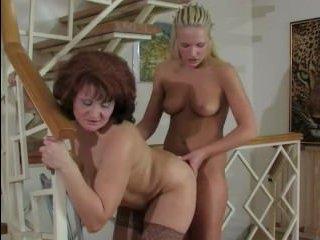 Секс двух: молодая лесбиянка трахнулась со зрелой толстой телкой