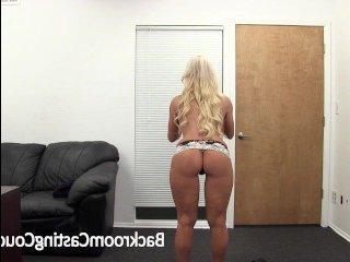 Сисястая блондинка в офисе на кастинге ебется с режиссером
