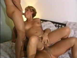 Красивое порно зрелой блондинки и двух хуястых мужиков