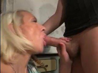 Зрелые и секс вдвоем - блондинка дала на полу в подвале