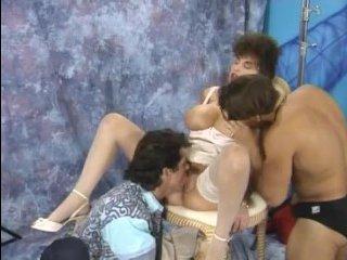 Групповое порно: двойное проникновение для мамочки в студии