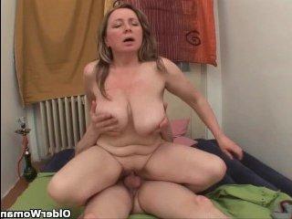 Во время жесткого секса, парень трахнул мамашу в попу