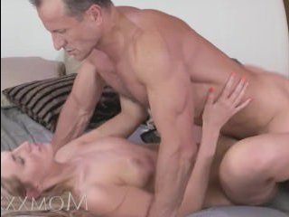 Мужик ебет жену в разных позах и доводит ее до сладких оргазмов