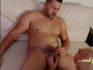 Зрелая сосет и глотает сперму своего мужчины дома