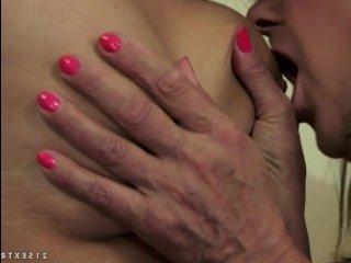 Зрелая лесбиянка соблазнила девушку на секс в кресле