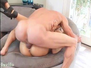 Зрелую ебут большим членом, разрабатывая ей вагину