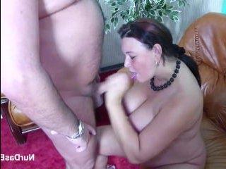 Мужик получил отсос от женщины с большой натуральной грудью и трахнул её