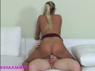 Девушка соблазняет парня на секс перед камерами