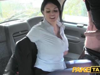Пожилой таксист трахает брюнетку в своем автомобиле раком