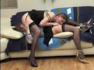 Две лесбиянки занимаются сексом дома