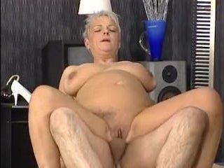 Секс со зрелой женщиной двух хуястых мужиков