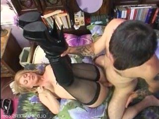 Зрелая тетя сосет племяннику и дает себя ебать