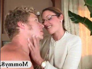 Мать застукала парня за сексом с дочерью и присоединилась